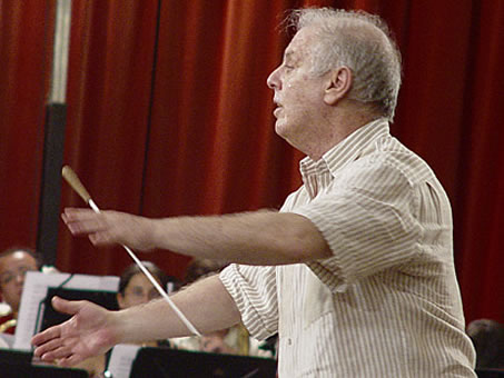 Daniel Barenboim conducting an orchestra in Seville, Spain, 2005.
