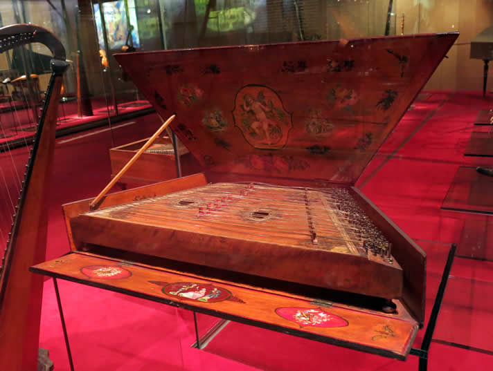 Psaltery instrument built by Salvador Bofill in 1762, at the Museu de la Música de Barcelona, Spain.