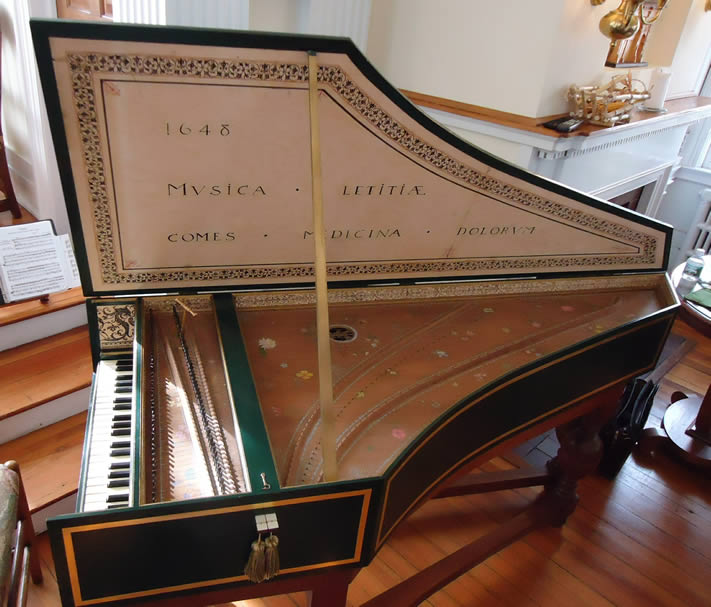 Photograph of a church harpsichord.