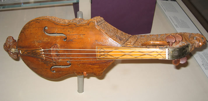 English citole c.1300, rebuilt into a violin c.16th century, at the British Museum, London.
