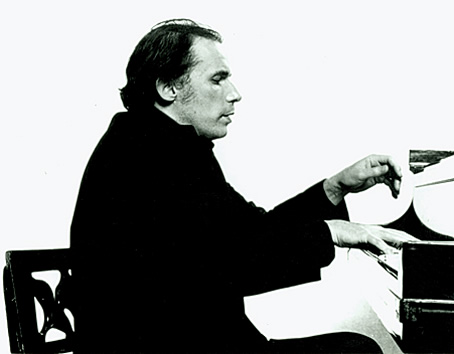 Glenn Gould playing the piano, photographed by Don Hunstein.